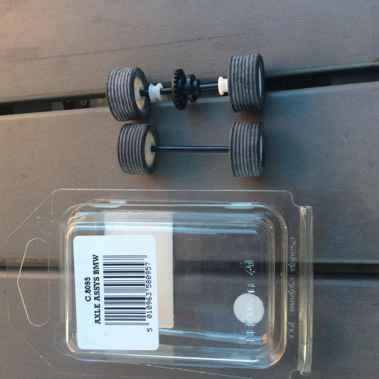 Scalextric C8095 - Axles, whees and tyres - front and rear for Bmw 318 / 320 - White hub / Vitfärgad fälg