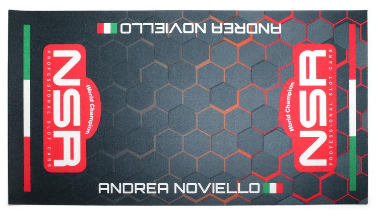 NSR - Personlig Mekmatta Röd/Svart Hexagoner 60x30 cm - Eget namn och nationalitet (Ange i meddelandefältet vid beställning)