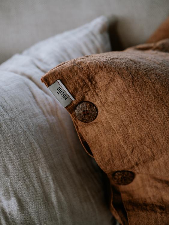 Kuddfodral med dekorativa kokosknappar - Akacia