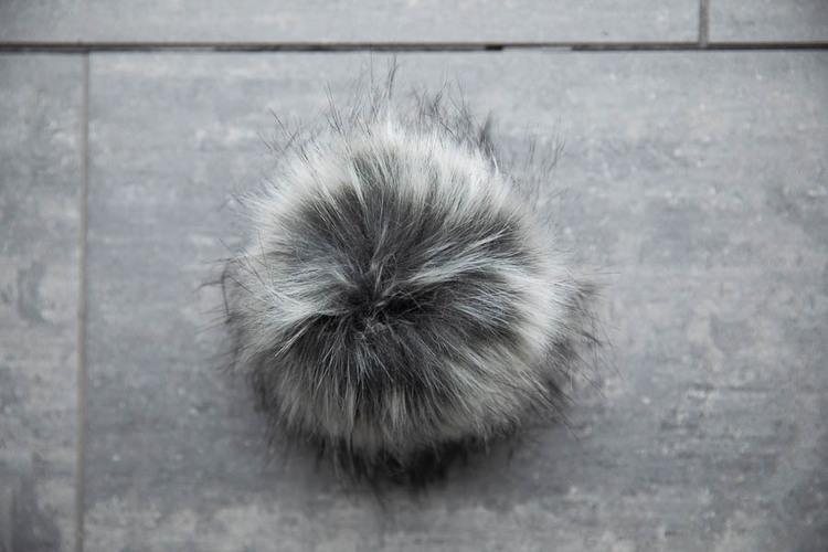 Lovafur Raccoon - lyxig pom pom i fuskpäls