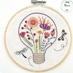 Un Chat dans l'aiguille - Broderikit Tavla - Lumière florale