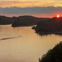 Småbåt i solnedgang