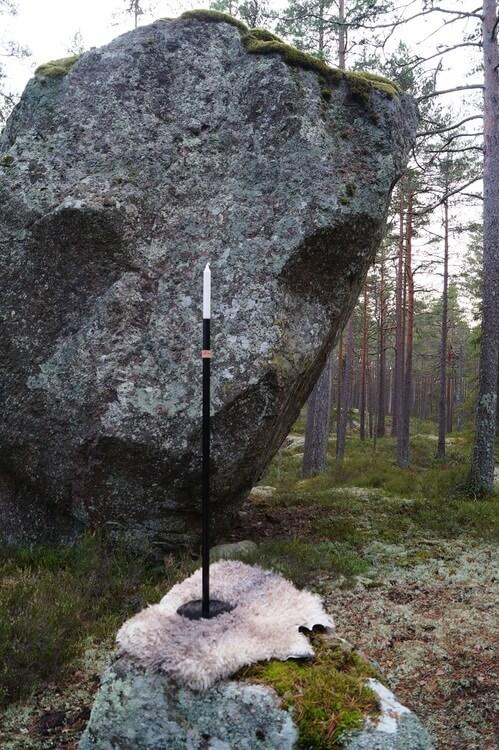 Handgjord ljusstake Höge Herr'n 100cm. Svart halvmatt med läderband