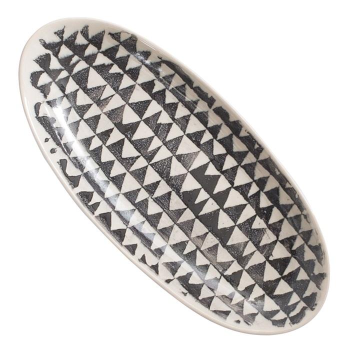Ovalt fat i stengods med fint mönster i svart och vitt uppläggningsfat
