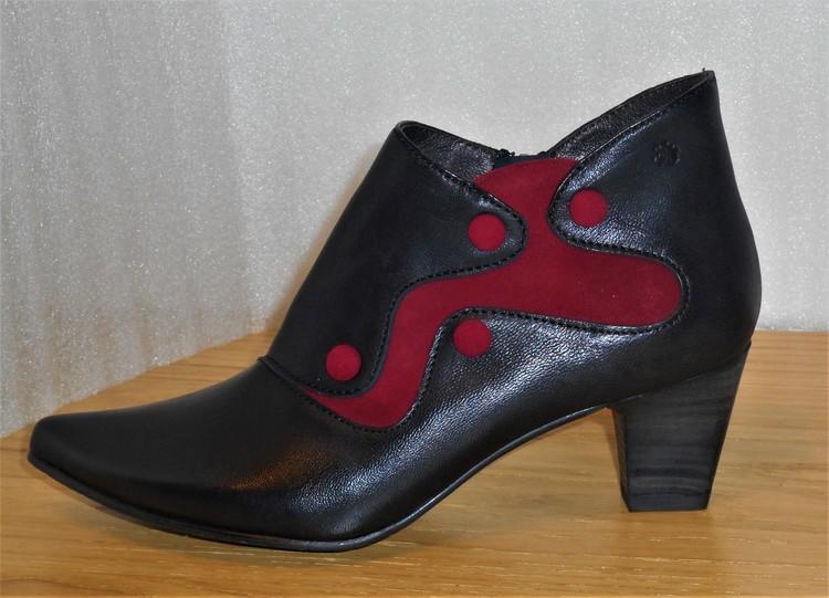 Svart-vinröd boots på halvhög klack - fabrikat Fidji
