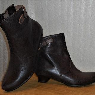 Mörkbrun boots från österrikiska Think!