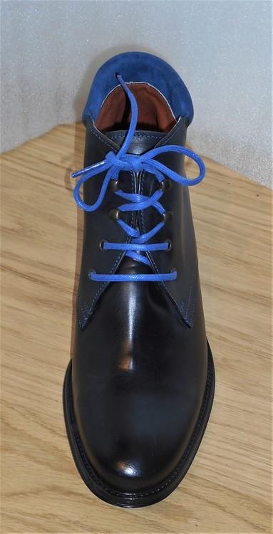 Svart snörkänga med blå mockakant - Amberone