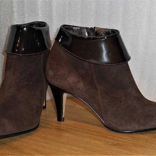 Elegant brun mockaboots med lackdetaljer - Amante