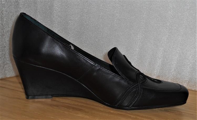 Svart kilklackad sko med applikationer - fabrikat Hispanitas
