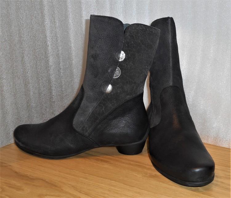 Svart/grå boots med metalldetaljer fabrikat Think!