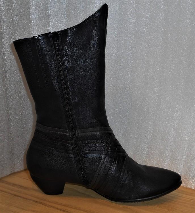Svart boots med kryssmönster fabrikat Think!