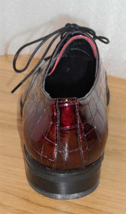 Vinröd snörsko i krokodilmönstrad lack - Amberone