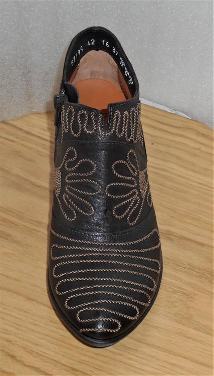 Mörkbrun, låg boots med naturfärgade broderier - Think!