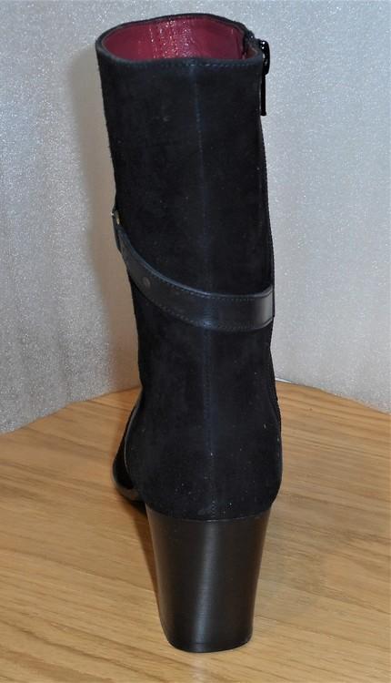 Elegant svart mockaboots med skinndetaljer - Ferrerías