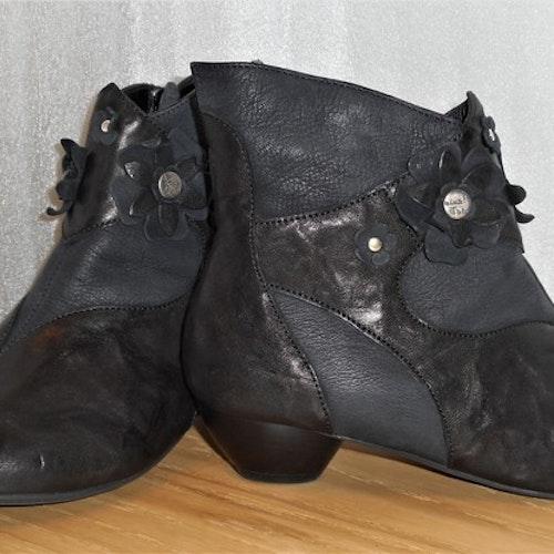 Svart boots med blomdekor fabrikat Think!