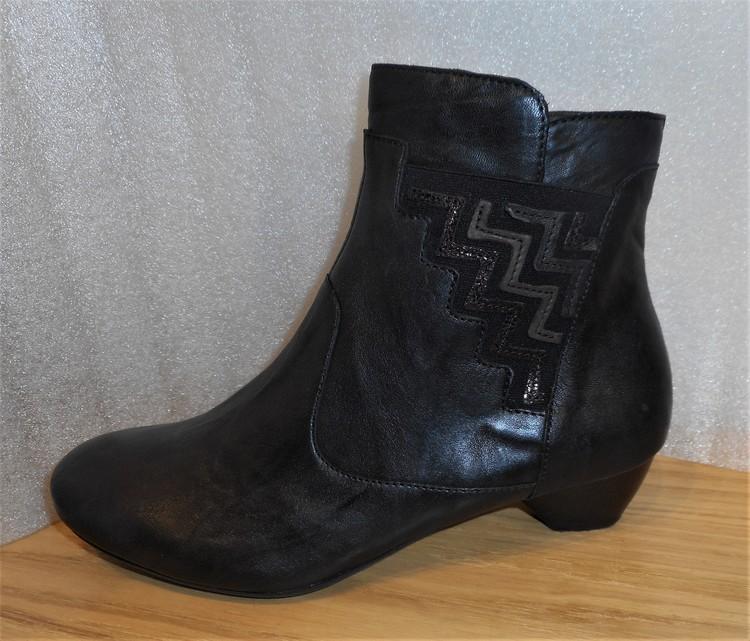 Svart boots med zig-zag-mönster fabrikat Think!