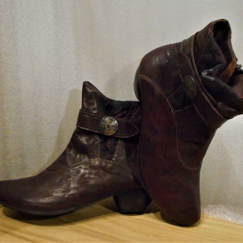 Vinröd boots med kardborre i skaftet fabrikat Think!