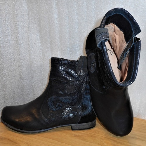 Svart boots i mix av skinnmaterial fabrikat Think!