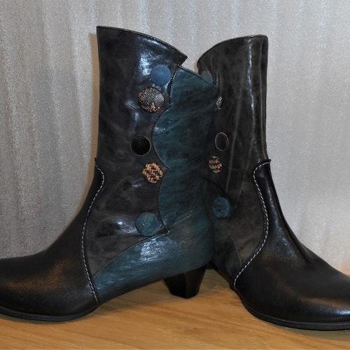 Svart/petrol/multi boots med olikfärgade knappar - fabrikat Think!