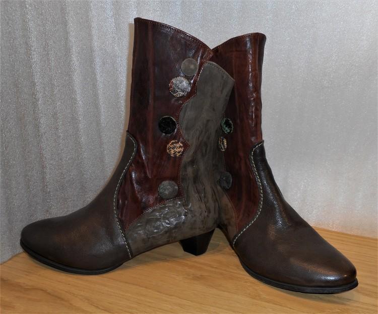 Brun/kombi boots med olikfärgade knappar - fabrikat Think!