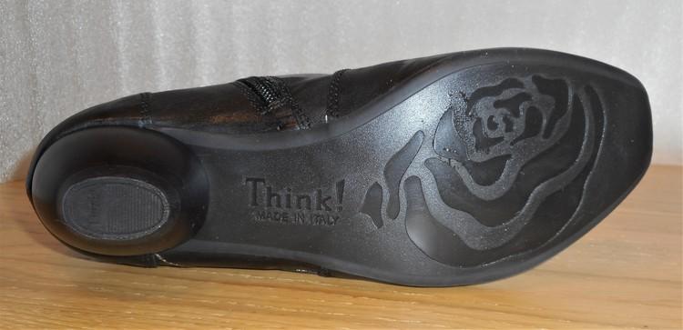 Svart boots med applikationer och broderier - fabrikat Think!