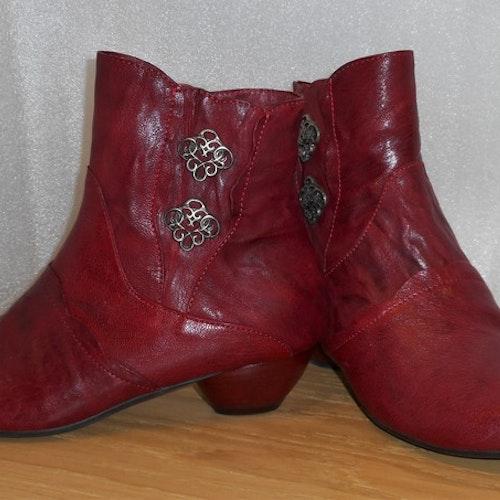 Röd boots med vackra spännen från österrikiska Think!
