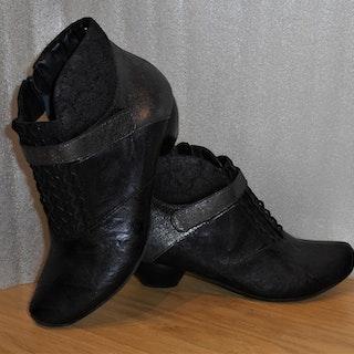 Svart/gråmetallic boots med kardborre fabrikat Think!