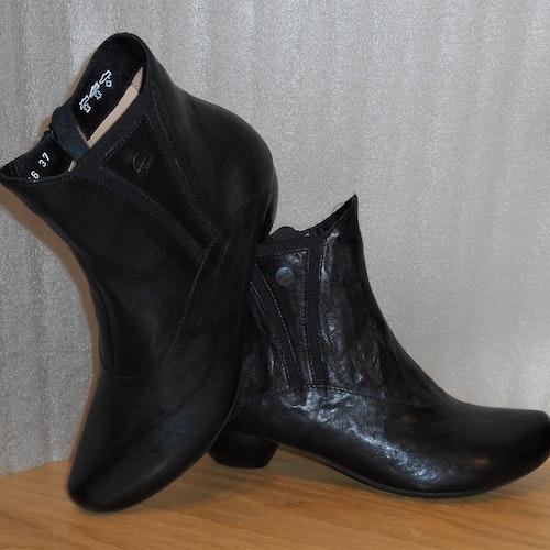 Svart boots med resår i skaftet - fabrikat Think!