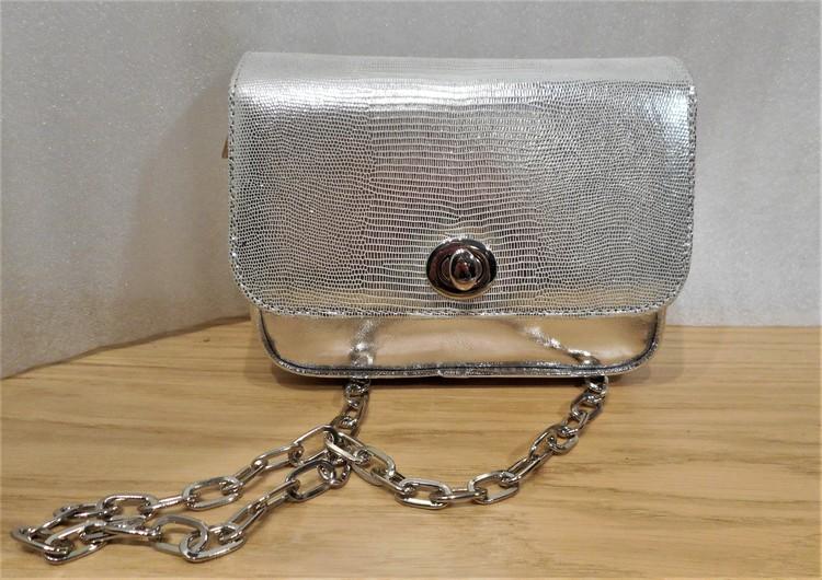 Väska i silverfärgat skinn