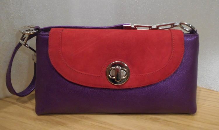 Lila skinnväska med lock i röd mocka