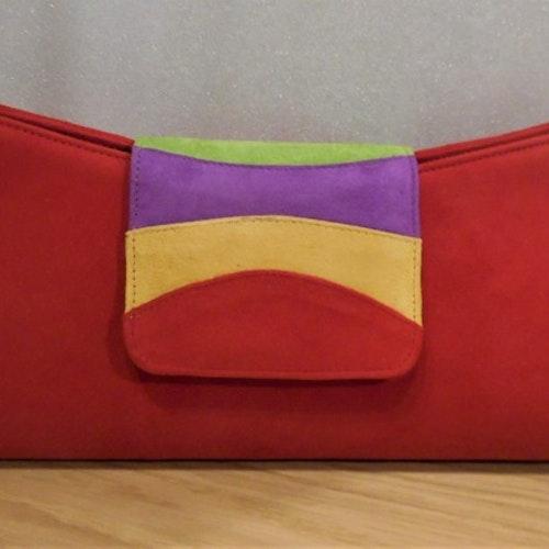 Kuvertväska i röd mocka med randigt lock