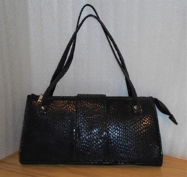 Svart väska i reptilskinnspressat skinn