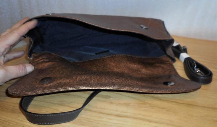 Bronsfärgad kuvertväska med handtag & axelrem