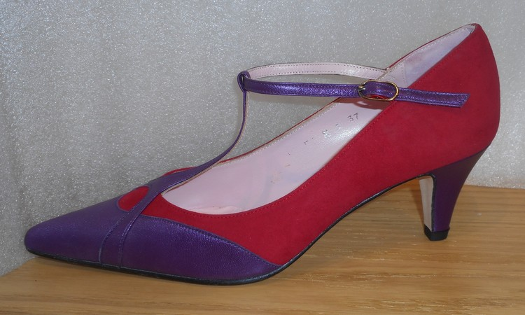 Lila/röd pumps med t-slejf fabrikat Amante