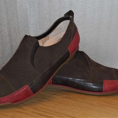 Mörkbrun mockaloafer med röda skinndetaljer - Think!