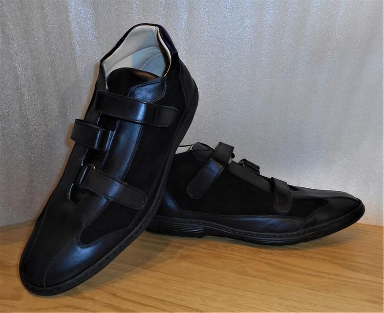 Svart sko med kardborreknäppning