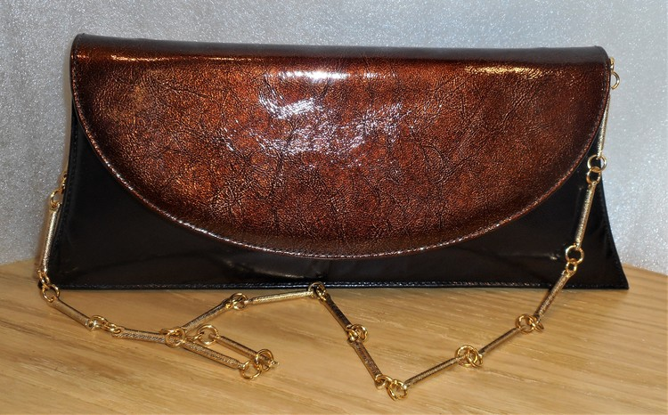 Svart/bronsfärgad kuvertväska i skinn