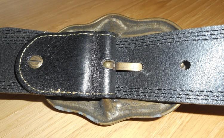 Dambälte i brunt skinn med guldfärgade stickningar