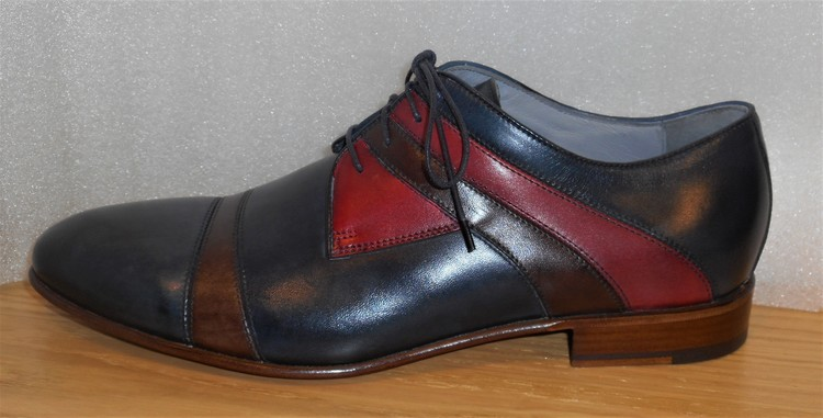 Blå snörsko med detaljer i brunt och rött - fabrikat Lancio