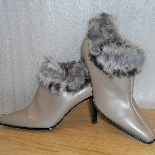 Krämbeige boots med pälskant - fabrikat Peter Kaiser