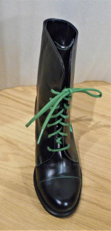 Svart snörkänga med murgröna-broderier - Amberone