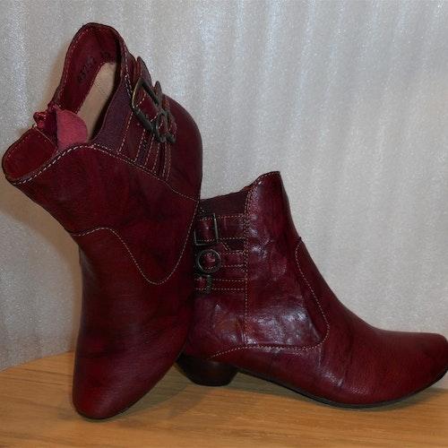 Mörkröd boots med spännen på skaftet - Think!