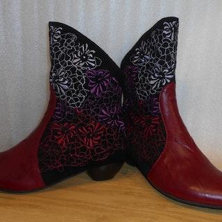 Mörkröd boots med broderier på svart skaft - Think!