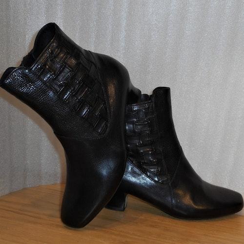 Svart boots med flätat mönster på skaftet - Think!