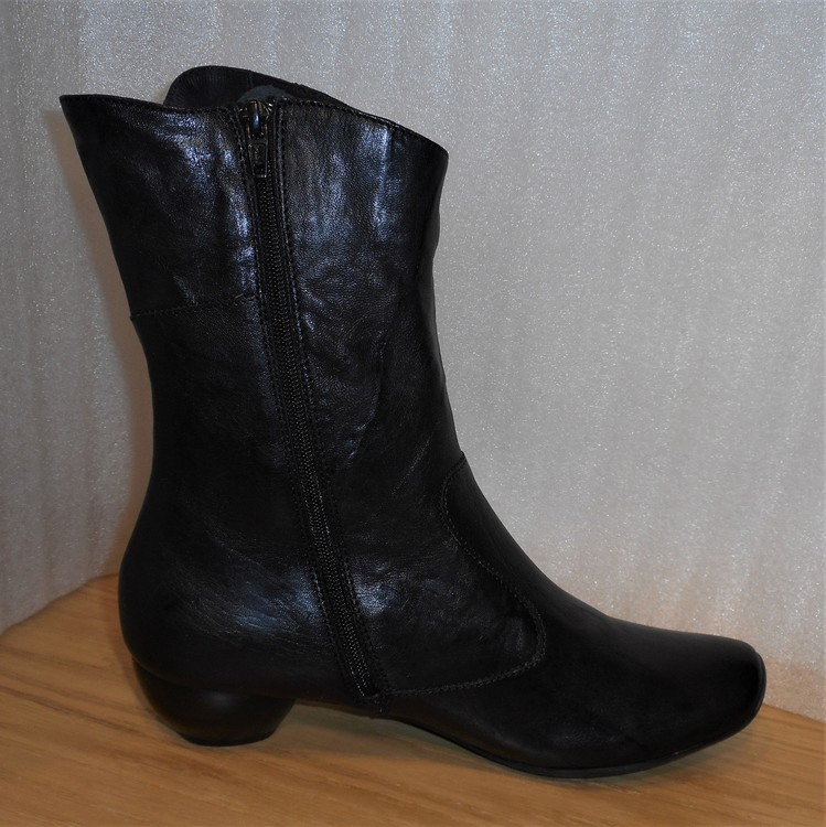 Svart boots med kappar på skaftet - Från Think!