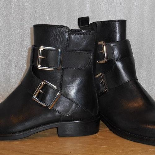 Svarta boots med dekorativa spännen - fabrikat Merygen