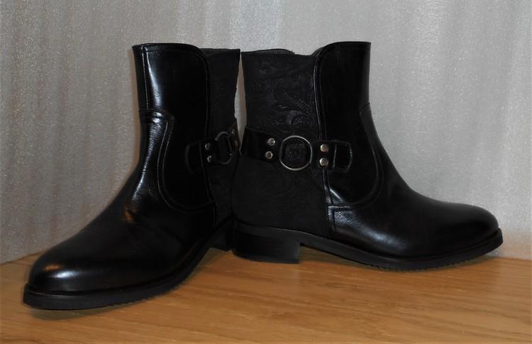 Svart boots med spänne och Paisley-mönstrat inlägg bak - Amberone
