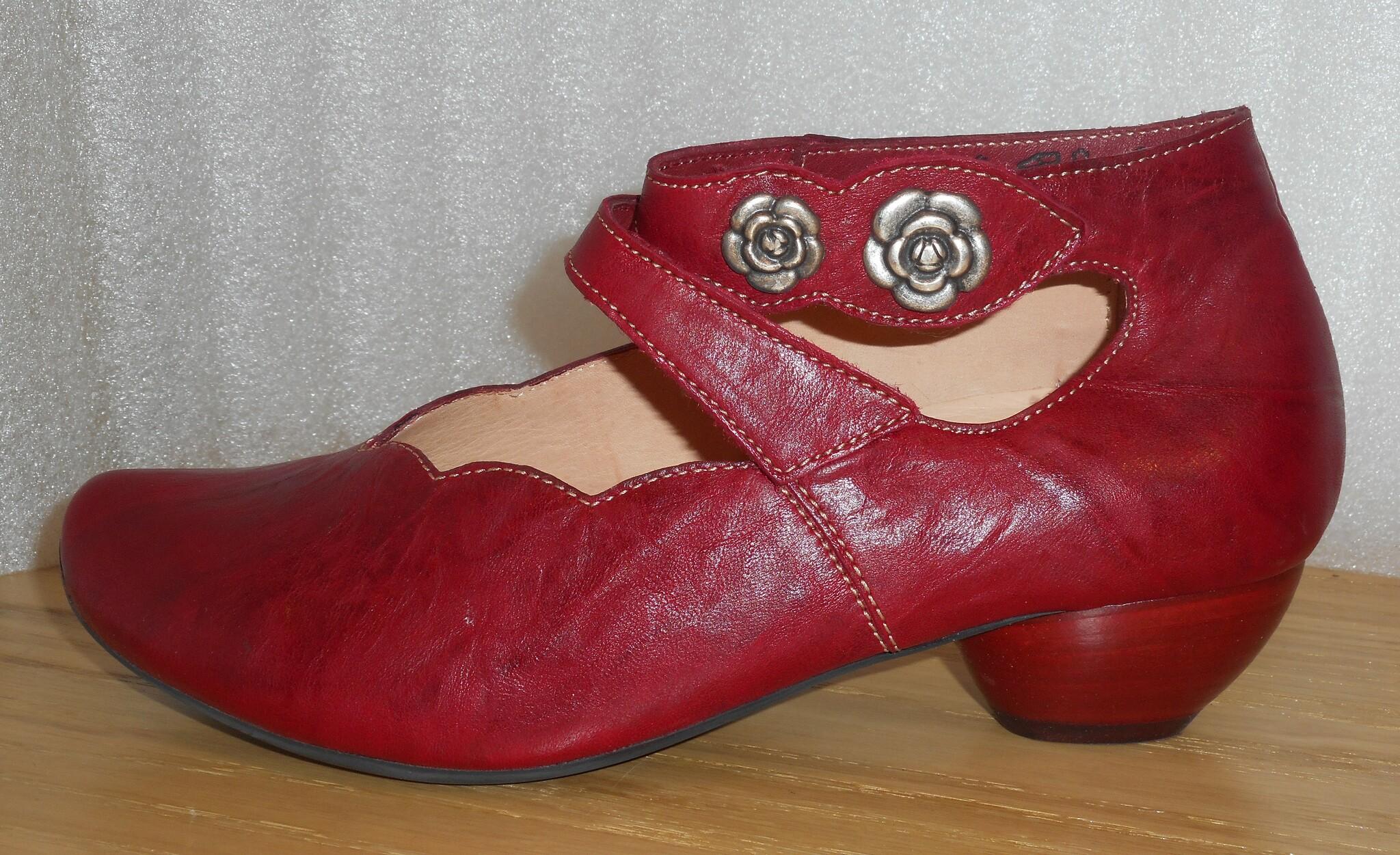 Röd sko med silverfärgade blommor - fabrikat Think!