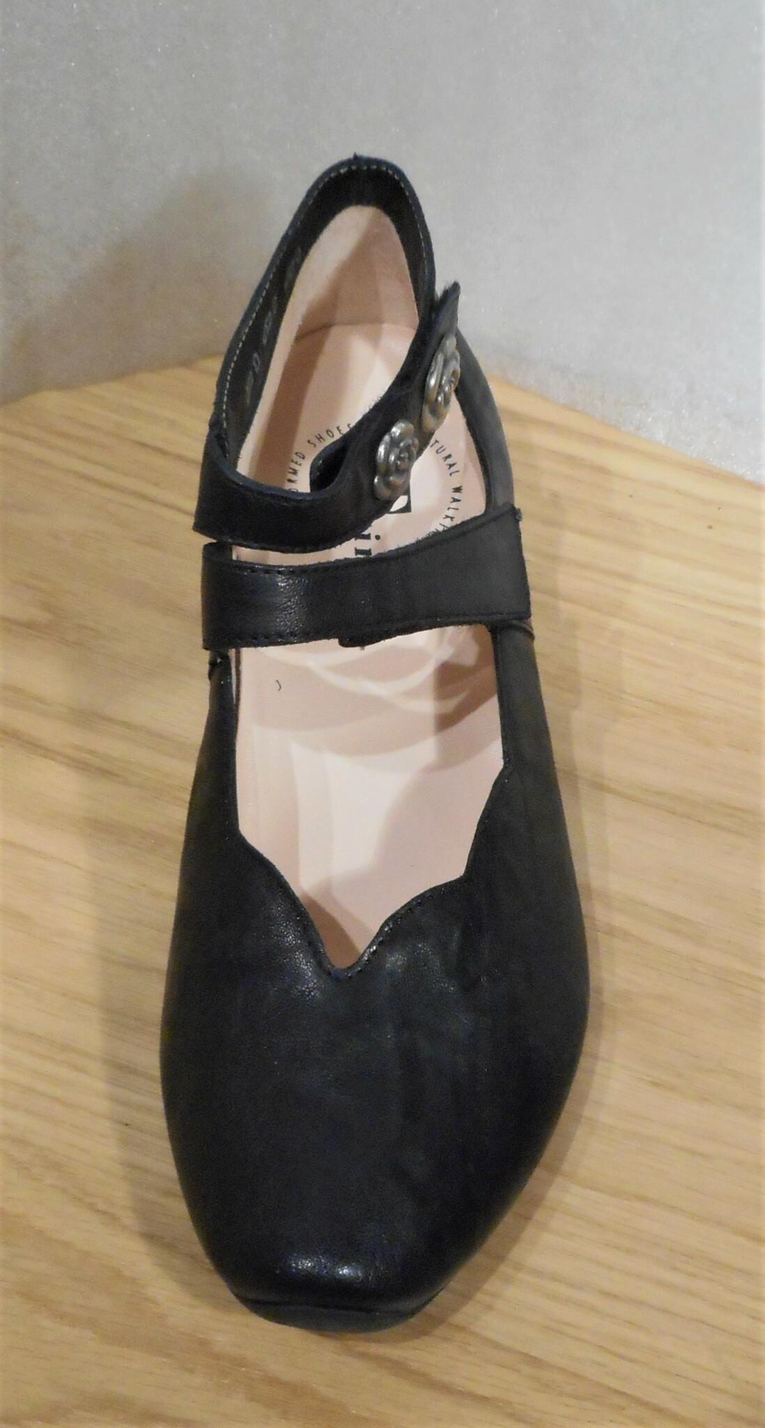 Svart sko med silverfärgade blommor - fabrikat Think!
