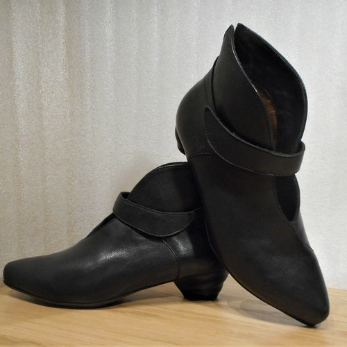 "Svart urringad bootsmodell med ""snurrig"" klack - Think!"